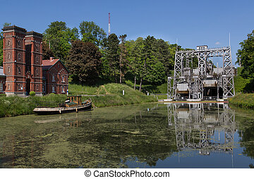 Canal du Centre - Strepy-Bracquegnies - Old hydraulic boat...