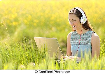 verano, computador portatil, mujer, trabajando, campo