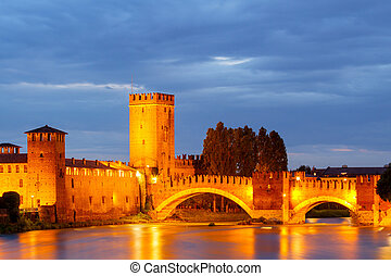 Verona. Castelvecchio. - The medieval stone bridge Scaligero...