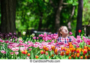 poco, jardín, tulipanes, exuberante, niña,  adorable