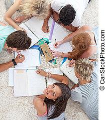 grupp, teenagers, studera, tillsammans