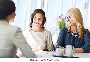 mulheres, bebendo, café, e, falando, em, restaurante,...