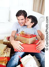 seu, PRESENTE, após, pai, filho, beijando, Recebendo, Natal