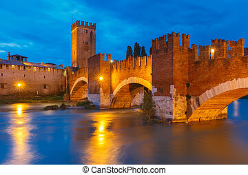 Castelvecchio at night in Verona, Italy. - Castelvecchio in...