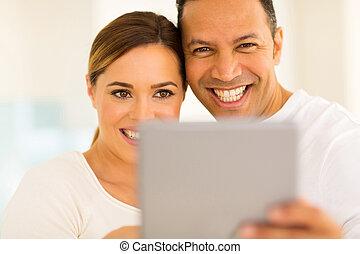 gebrauchend, Paar, Tablette,  PC