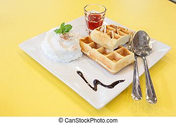 fresa, barquillo, azotado, crema, en, amarillo, escritorio,