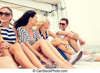 sonriente, amigos, Sentado, en, Yate, cubierta,