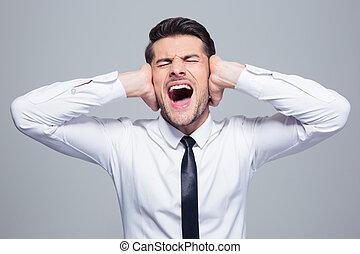 homem negócios, cobertura, seu, orelhas, e, gritando,...