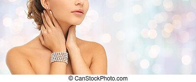 hermoso, mujer, con, perla, pendientes, y, pulsera,