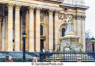 Monument of Queen Anne in front of St. Paul's Cathedral