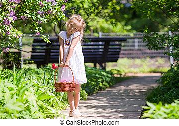 poco, adorable, niña, con, flores, en, tulipanes,...