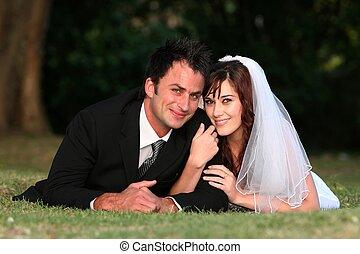 夫婦, 草, 躺, 婚禮