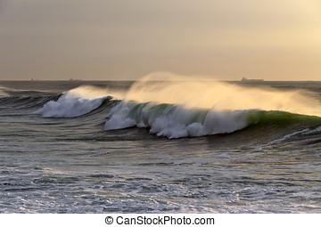 Easterly winds - Waves approaching the Portuguese coast...