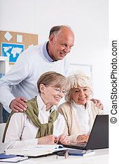 aposentado, pessoas, usando, laptop,
