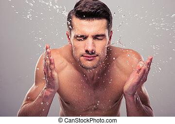 jovem, homem, Pulverização, água, ligado, seu, rosto,