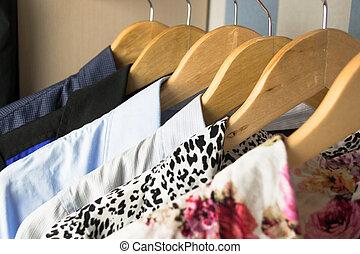 diferente, perchas, ropa