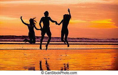 amigos, joven, contra, Siluetas, Saltar, ocaso, playa, rojo, feliz