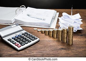 recibos, con, calculadora, y, dinero,
