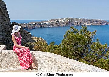 mujer, Se sienta, y, relojes, el, sea., grecia, Santorini,