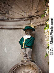 manneken pis is a landmark small bronze sculpture in...