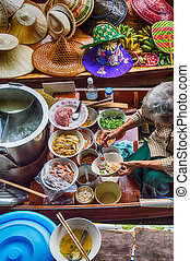 Food vendor at Damnoen Saduak Floating Market, Thailand -...
