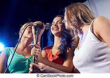 feliz, joven, mujeres, canto, karaoke, en, noche, Club,