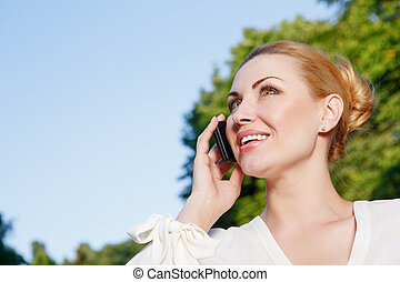 Busy woman talking per mobile phone outdoor - Nice...