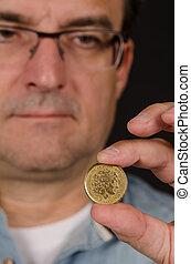Grego, dracma, segurando, moeda, homem