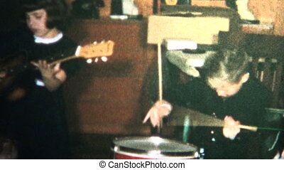 (8mm Vintage) 1965 Siblings Making music - Original vintage...