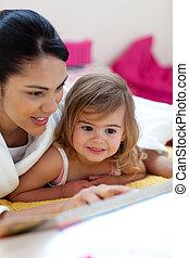 Cuidado, madre, lectura, libro, ella, niña