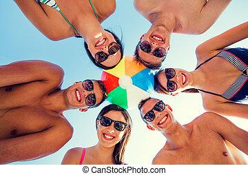 sorrindo, amigos, em, círculo, ligado, verão,...