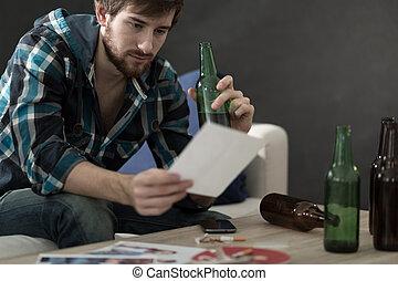hombre, bebida, Alcohol, y, Mirar, en, fotos,