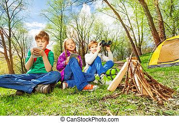 tres, niños, Descansar, cerca, el, de madera,...