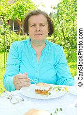 mulher, comer, um, maçã, bolo,