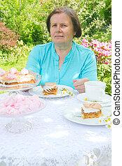mulher, comer, Um, cake.,