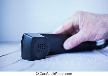 Griff nach Telefon - Männliche hat greift nach einem...