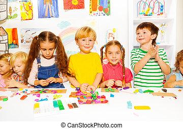 feliz, niños, y, niñas, con, Plasticine, en,...