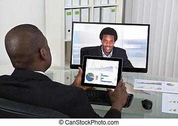 hombre de negocios, vídeo, Charlar, con, colega, en,...