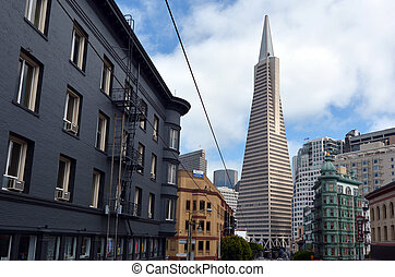 Transamerica Pyramid in San Francisco financial district -...