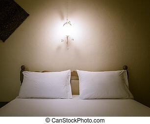 rangé, lit, chambre à coucher