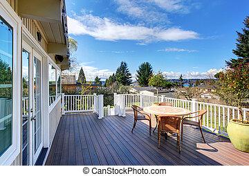 Nice furnished back deck