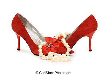 vermelho, sapatos, pérola, colar, isolado, branca