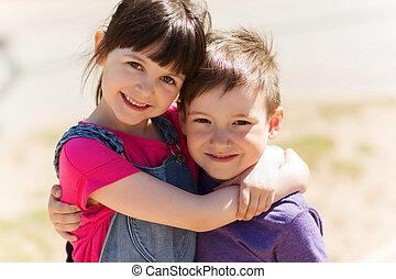 Feliz, crianças, dois, Abraçando, Ao ar livre