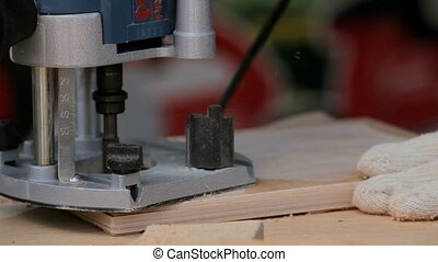 Hand milling machine handles wood veneer. - Demonstration of...