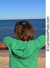 niño, Mirar, en, el, azul, mar,