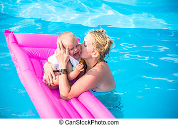 Mom bathed in the pool with a baby