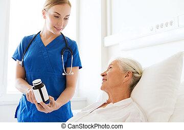 Enfermera, Dar, Medicina, a, 3º edad, mujer, en,...