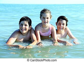 tres, joven, hermanos, tener, diversión, juego, en, el, mar,...