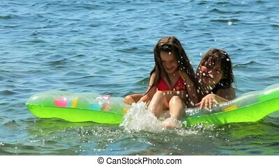 Leave Mom and daughter on the sea. - Mom and daughter play...