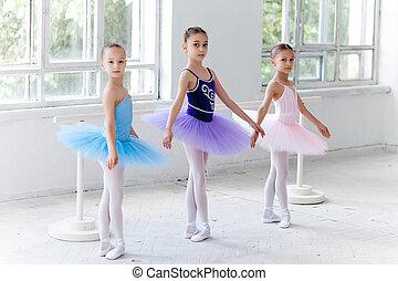 tres, poco, ballet, niñas, Sentado, en, tutu, y,...